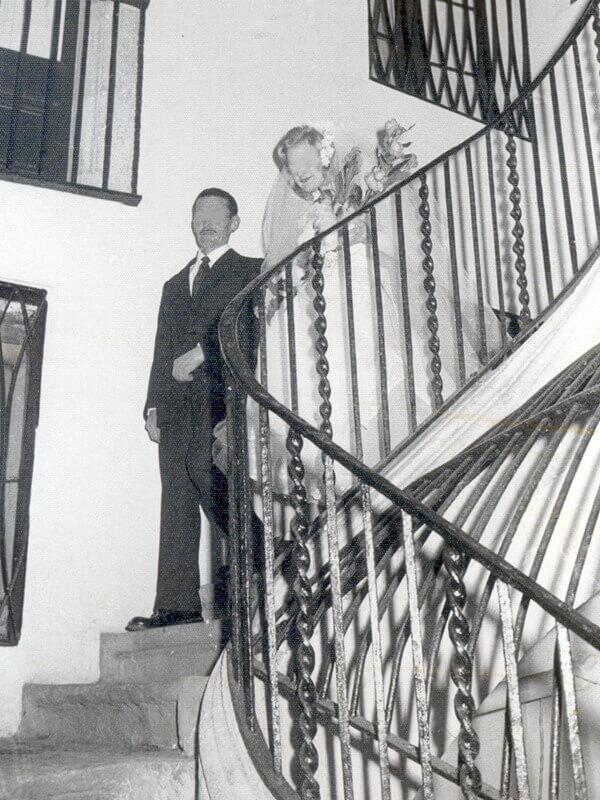 Nuvis baixant per les escales de l'edifici de la Casa de Familia de Ntra. Sra. de la Merced, on ha viscut la noia abans de casar-se. Anys 70